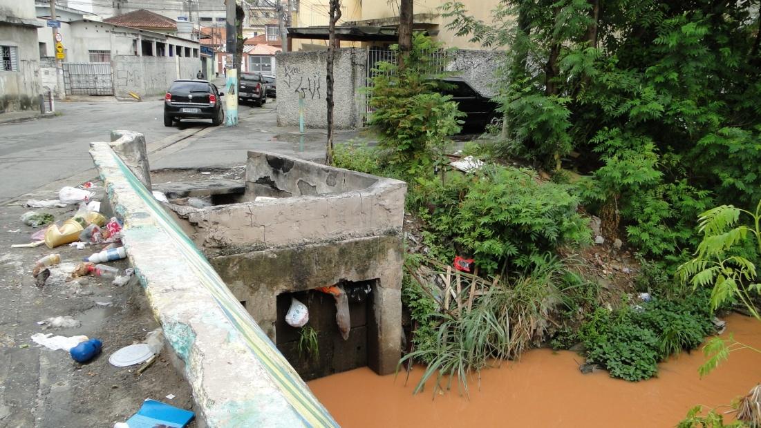Lixo, poluição e lama no Córrego Tabatinguera junto à favela Beira-Mar.