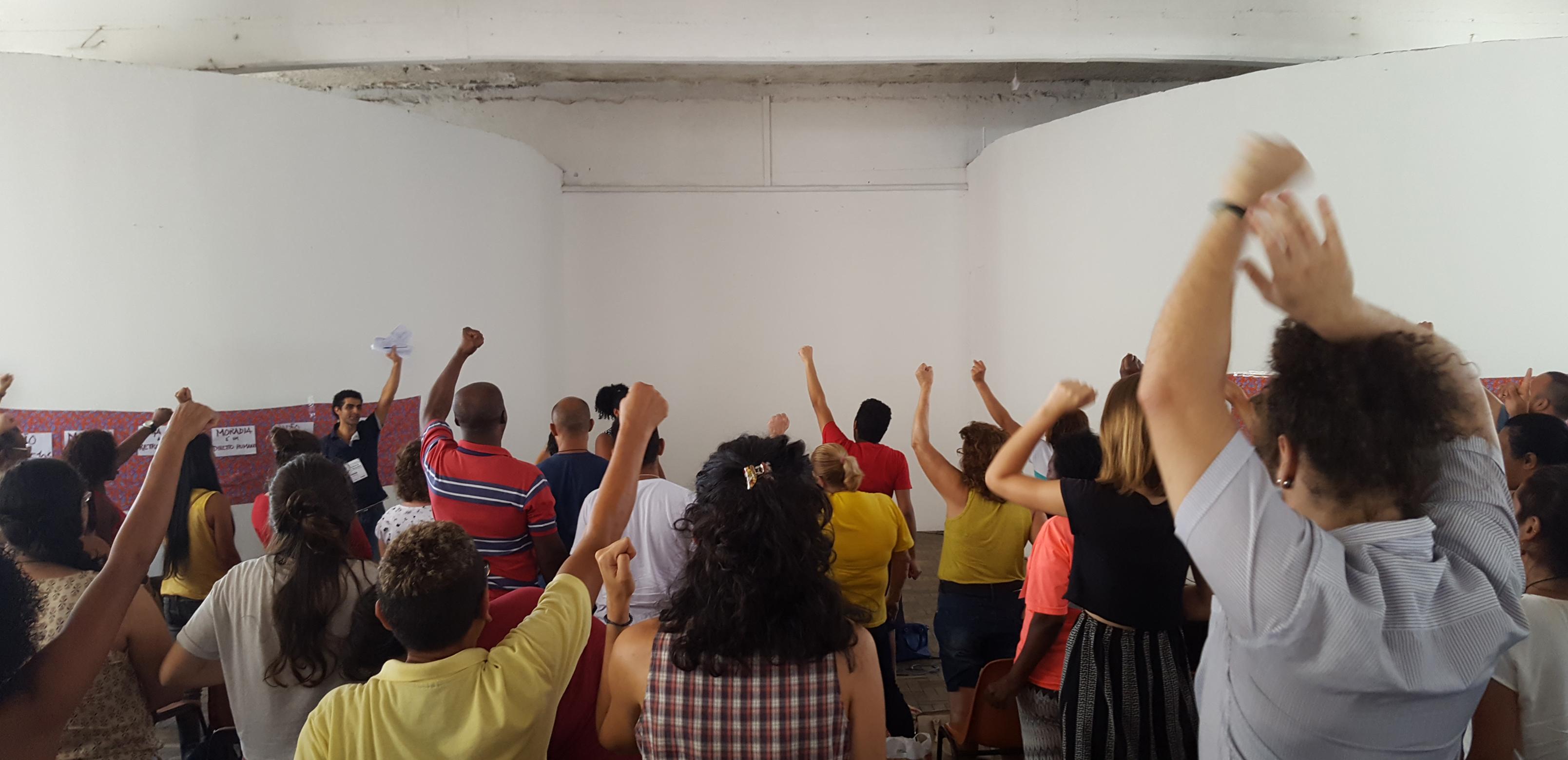 """""""Quem não luta, está morto!"""" grito entoado por líder comunitária, com aderência de toda a assembleia. Na frente, prof. Francisco Comaru, coordenador do projeto. @Thalissa Burgi"""